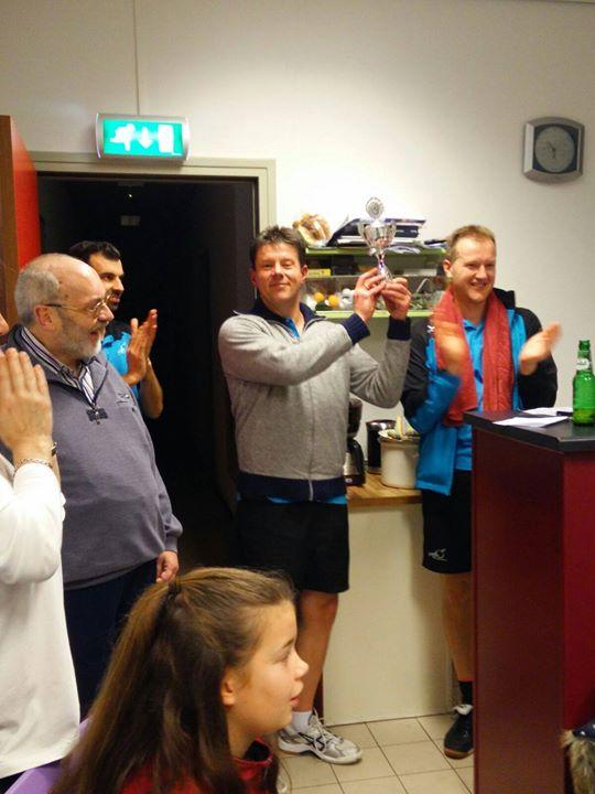 """Jeroen Nijenhuis en Ruben Grievink clubkampioen 2015!!!!!!!!  Na een lange en spannende dag met veel wedstrijden en heel veel strijd werd er gespeeld om de felbegeerde wisselbekers. Bij de senioren won Jeroen Nijenhuis in een spannende finale van Caspar Wiegerinck ,na  2-0 achter in games kwam hij steeds beter in de wedstrijd en wist de wedstrijd net optijd te kantelen.Mede door de afwezigheid van Jegishe,die de laatste 4 jaar won, was de strijd in de A-klasse helemaal open.  Bij de Jeugd was Ruben Grievink de verrassende winnaar.Hij won in de poulefase van de gedoodverfde favoriet Tim Bruggink en kwam daardoor in de finale uit tegen Andor Overvelde. Door beheerst en goed spel won hij verdiend deze finale.. De afgelopen 4 jaar ging de titel steeds naar Tim,hij moest dit jaar genoegen nemen met een derde plaats  Bij de senioren B won """"good old"""" Greg Wensing na 12 jaar weer de beker. Hij versloeg in de finale Nick Aalbers in een spannende  5 sets.  De beker bij de senioren C ging naar Jan Willem Meijer die in de finale Jim Aalbers versloeg.  Bij de Jeugd B was Bram Schneider de grote winnaar en mag zich de trotse winnaar noemen van de wisselbeker  Tenslotte hebben we nog gedubbeld met de jeugd en senioren gemengd, wat een leuke afwisseling is tussen de enkels door Uiteindelijk zijn Chris Holleman en Suzanne van Dreumel de verdiende winnaars.  Aan het einde van de dag na de prijsuitreiking,zijn we met zo'n 25 personen uiteten geweest bij de chinees.   Iedereen bedankt voor weer een mooie tafeltennisdag!!!"""